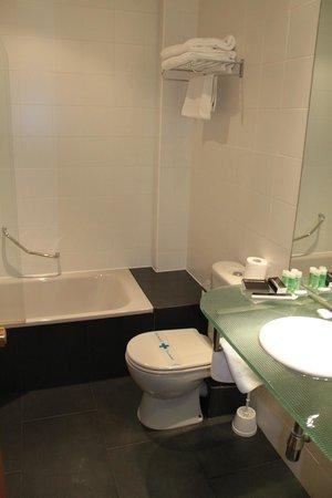 Avenida Hotel: Baño (habitación 202)