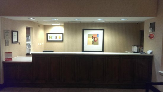 Homewood Suites by Hilton Anaheim-Main Gate Area: Vacant front desk at around 2:30 AM.