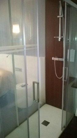 Hotel Apolonia: vista de la habitacion desde el baño