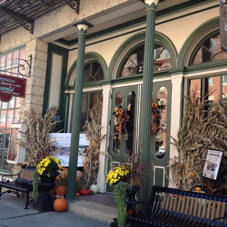 DeSoto House Hotel: Front entrance of DeSoto House ready for the fall