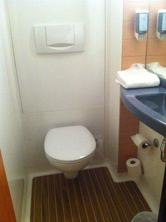 Novotel Suites Paris Roissy CDG : バスルームと独立したトイレ