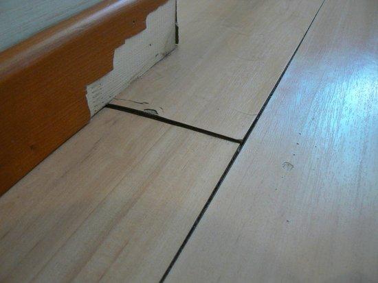 Turim Alameda Hotel: pavimento e battiscopa in stanza