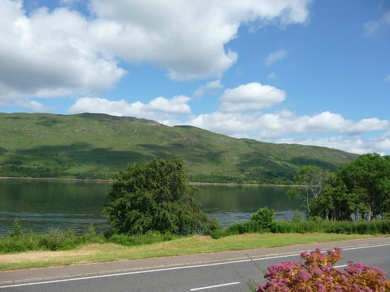 Torlinnhe Guest House: View of Loch Linne from front parking area