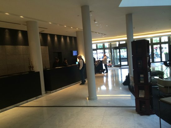 Sofitel Brussels Europe: Reception/lobby de l'hotel