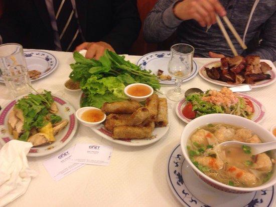 Fleurs de Mai: Gauche à droite : poulet, nems, soupe de raviolis crevette et canard laqué