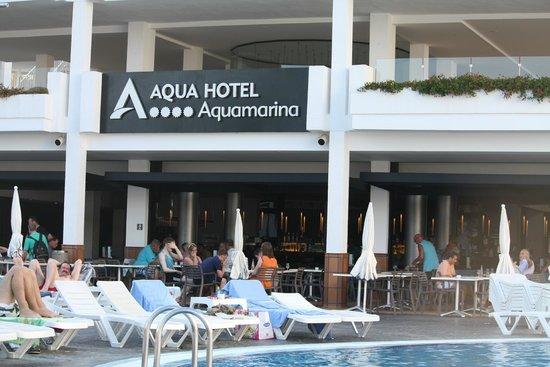 Aqua Hotel Aquamarina & Spa: Вид на бар у бассейна