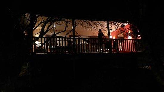 Morena Resort: Morena Bungalow by night