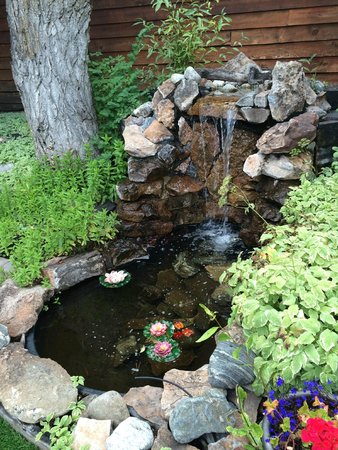 Frisco Lodge: Courtyard waterfall pond