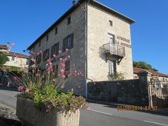 Hotel from parking photo de auberge de la source cieux for Auberge le jardin de la source