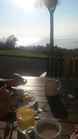 Beachview Cottages: Breakfast at the outside bench