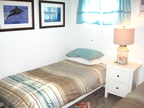 """Burcliffe """"By The Sea"""": Bed rm w/2 twin beds"""