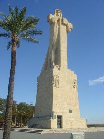 Monumento a la Fe Descubridora : Groot beeld van columbus uitkijkend op de zee.