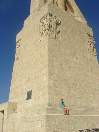 Monumento a la Fe Descubridora : Goed te zien hoe groot het beeld is