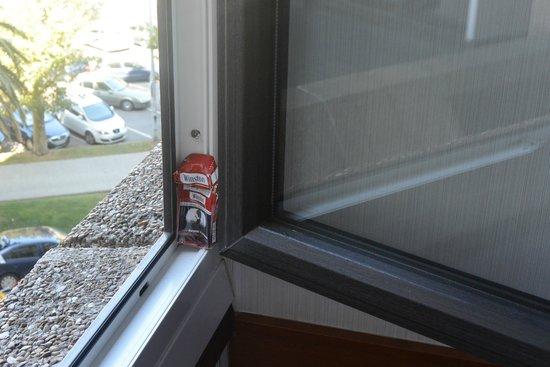 Santemar Hotel: Paquet de cigarette caché (sent la cigarette froide dans la chambre)