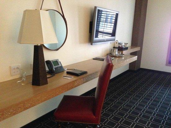 Hotel Valencia - Santana Row : TV and desk
