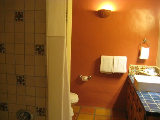 Abiquiu Inn: bathroom