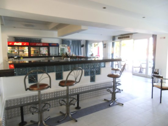 Rodos Sun: Bar and dining - patio leads on to pool