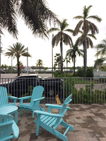 Hollywood Beachside Boutique Suites: Área de descanso com vista para a Marina