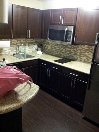 Staybridge Suites Omaha 80th & Dodge: Kitchen area was nice. Fridge / microwave / silverware were all clean....
