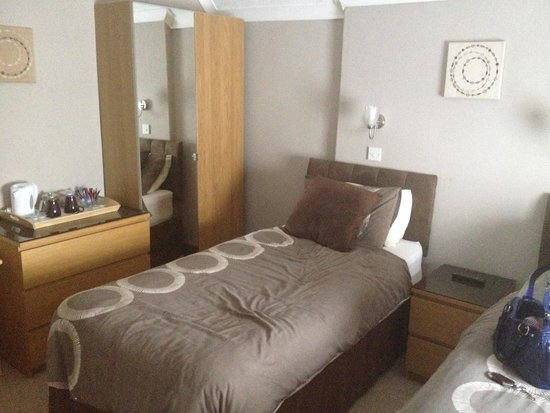 Tanes Hotel: Twin bedroom