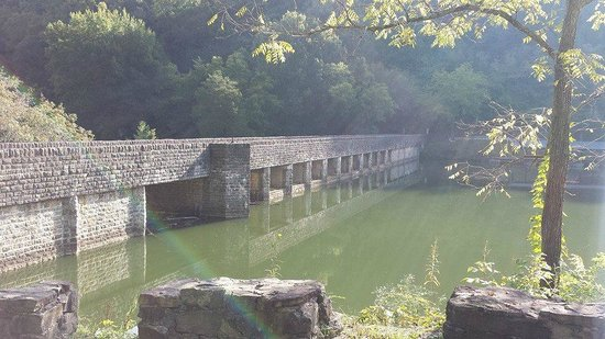 Hilham, Теннесси: Sanding Stone Dam.
