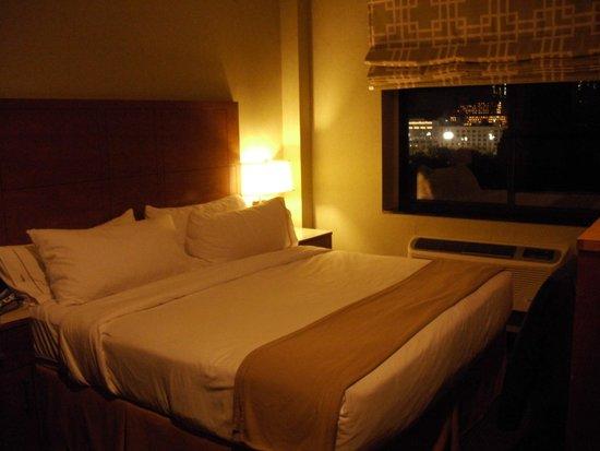 Holiday Inn Express New York - Manhattan West Side : Room 1102 at night