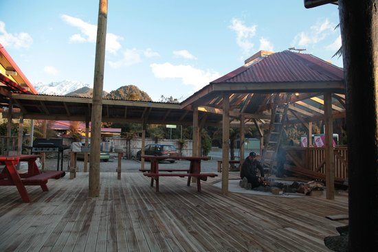 Sir Cedrics Chateau Franz Backpacker and Motel: Epic new deck and fire pit with a great view of the mountains!