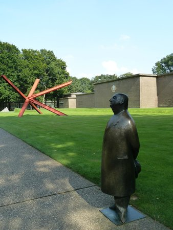 Kröller-Müller Museum : Sculptures Enhance The Grounds