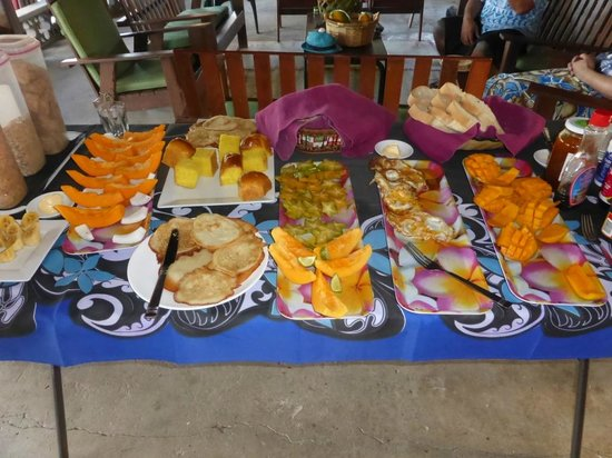 Le Valasi's Beach Fales : Yummy fresh fruit and cooked breakfast choices