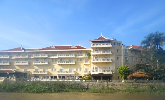 Victoria Chau Doc Hotel: This was our first view of the hotel when arriving by boat