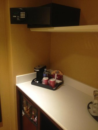 Montreal Marriott Chateau Champlain: Wet Bar area with an actual minibar!