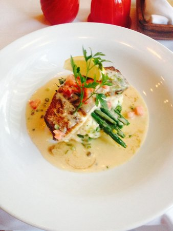 Gypsy Apple Bistro: Special Saturday night:))) Halibut with lobsta mashed ;)))) yummy