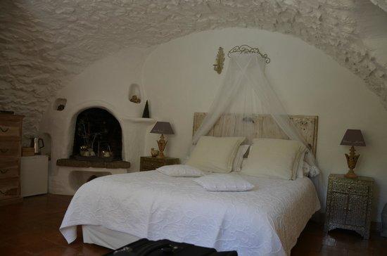 La Vieille Bergerie : romantic bedroom setting