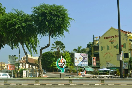 Discovery Cafe & Guest House: That's the Little India landmark adjacent to the hostel