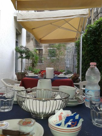 Hotel Santa Lucia: Breakfast in the garden