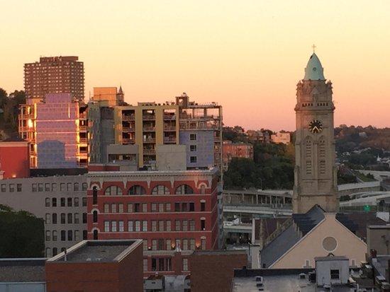 21c Museum Hotel Cincinnati: Great view of downtown Cincinnati from roof top bar