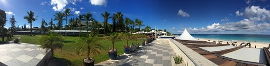 Elbow Beach, Bermuda: Restaurants and Walkway above Beach