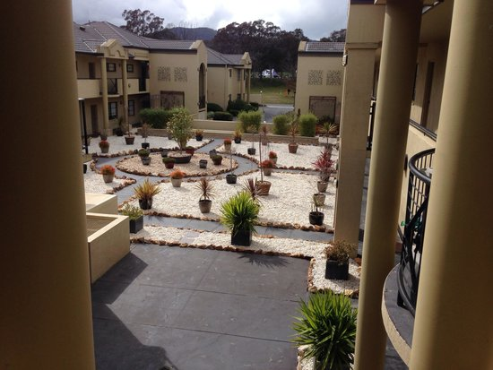 Parklands Hotel & Apartments: Central courtyard of hotel Bbq area