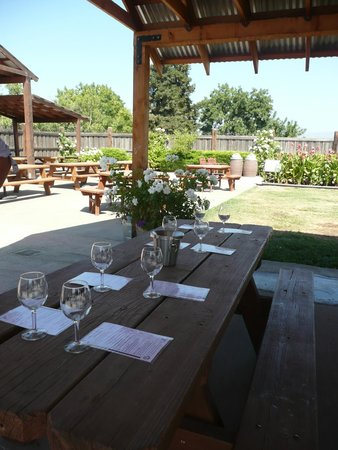 Larson Family Winery : Very comfortable outdoor tasting room.