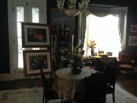 Warfield House Bed and Breakfast: Loving antiques and paintings to enjoy