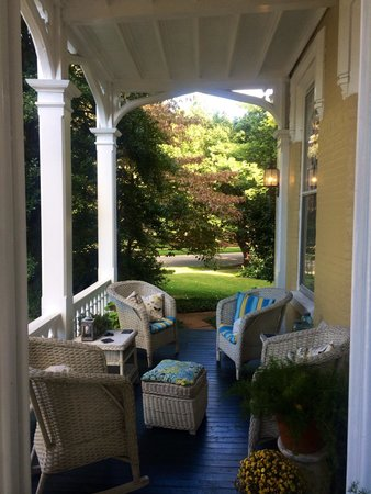 Inn at Woodhaven: Front porch is a great place to enjoy your morning coffee!