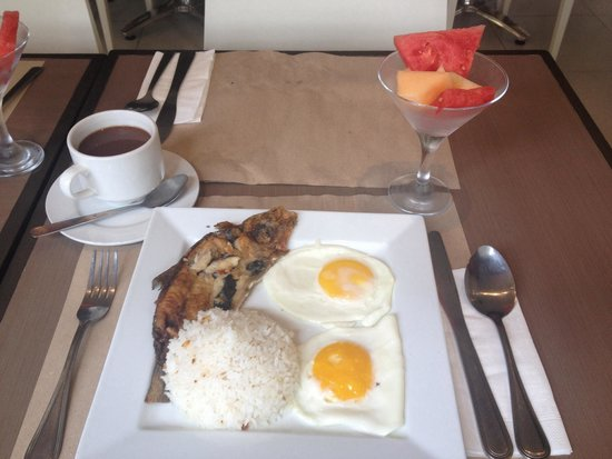 Casa Pura Inn and Suites: Bangus (milkfish) breakfast with hot chocolate drink