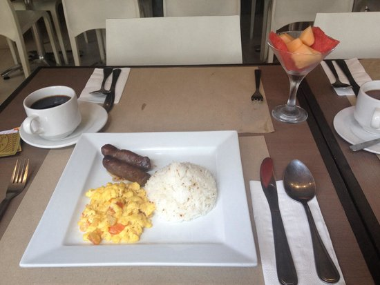 Casa Pura Inn and Suites: Longganisa breakfast and scrambled egg (we found an ant in the scrambled egg)