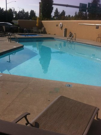 Red Lion Inn & Suites Deschutes River – Bend: Small pool, very close to busy road