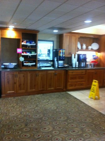 Bend Inn Suites: Breakfast bar