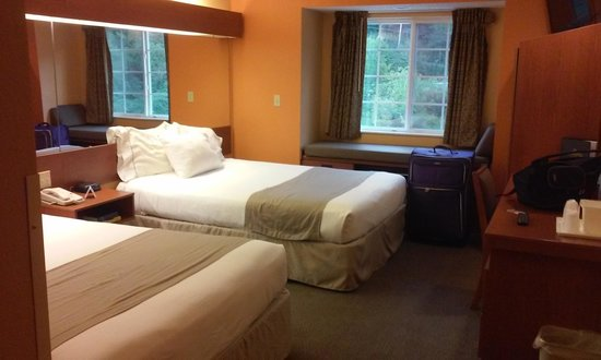 Microtel Inn & Suites by Wyndham Cherokee: My clean double queen bed room!