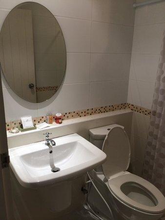 San Pareni Hotel : ห้องน้ำสะอาด สวยงาม เสียดายที่ไม่มีอ่างอาบน้ำ