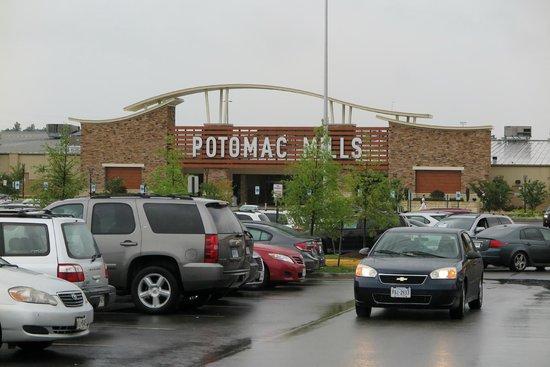 Potomac Mills: Haupteingang, die Mills von außen