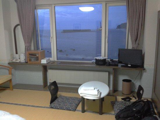 Iruka Hotel : Bedroom area with view of harbor/ocean