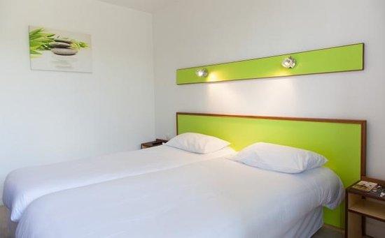Chambre twin picture of hotel les eleis saint martin de for Chambre twin